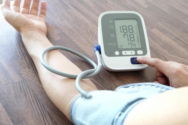 elmozdulások miatti magas vérnyomás