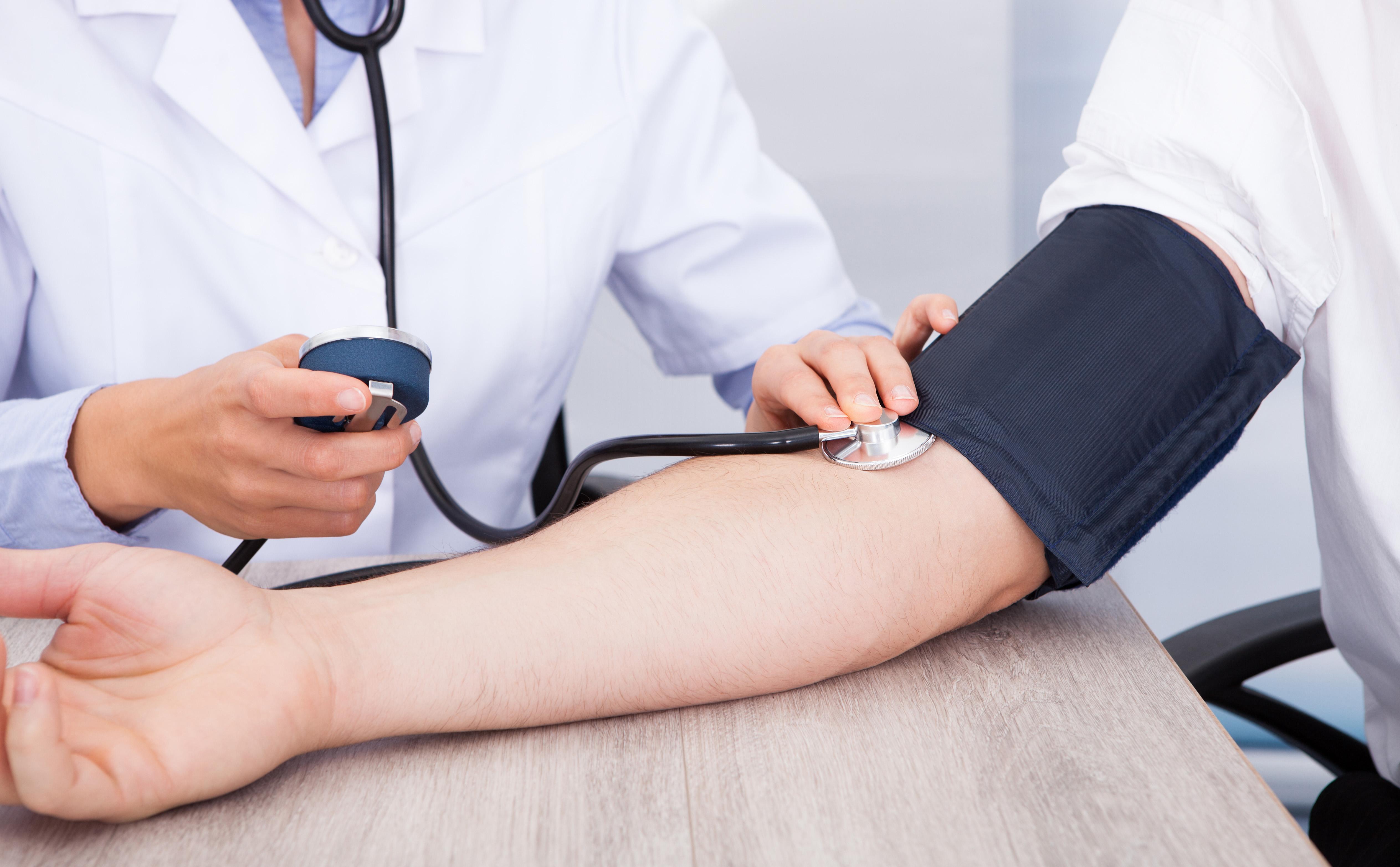 milyen eszközökkel jár a magas vérnyomás)