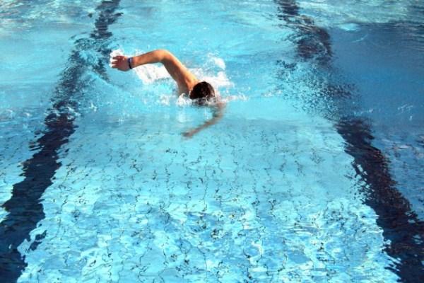 Az úszás csökkenti az idősebb emberek vérnyomását