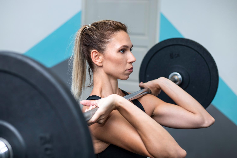 súlyzó edzés 50 év után magas vérnyomásban)