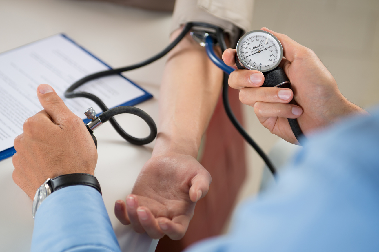 a betegséget provokáló magas vérnyomás)