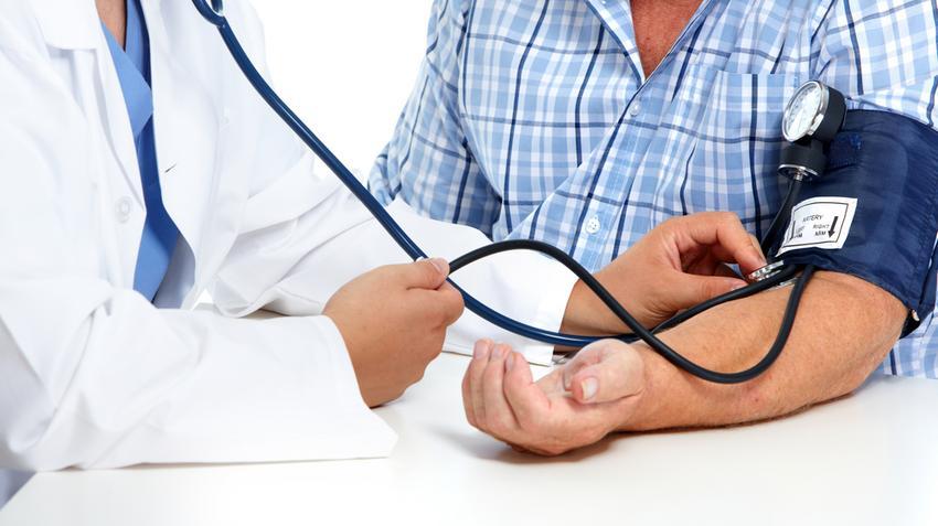 a tartós magas vérnyomás oka)