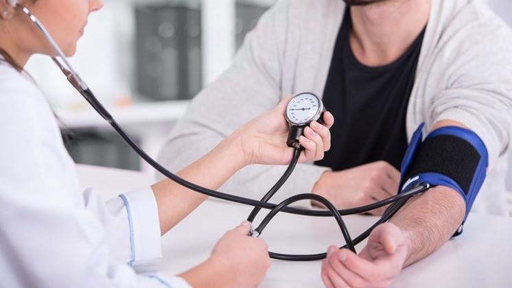 magas vérnyomás esetén az erek beszűkültek vagy kitágultak)